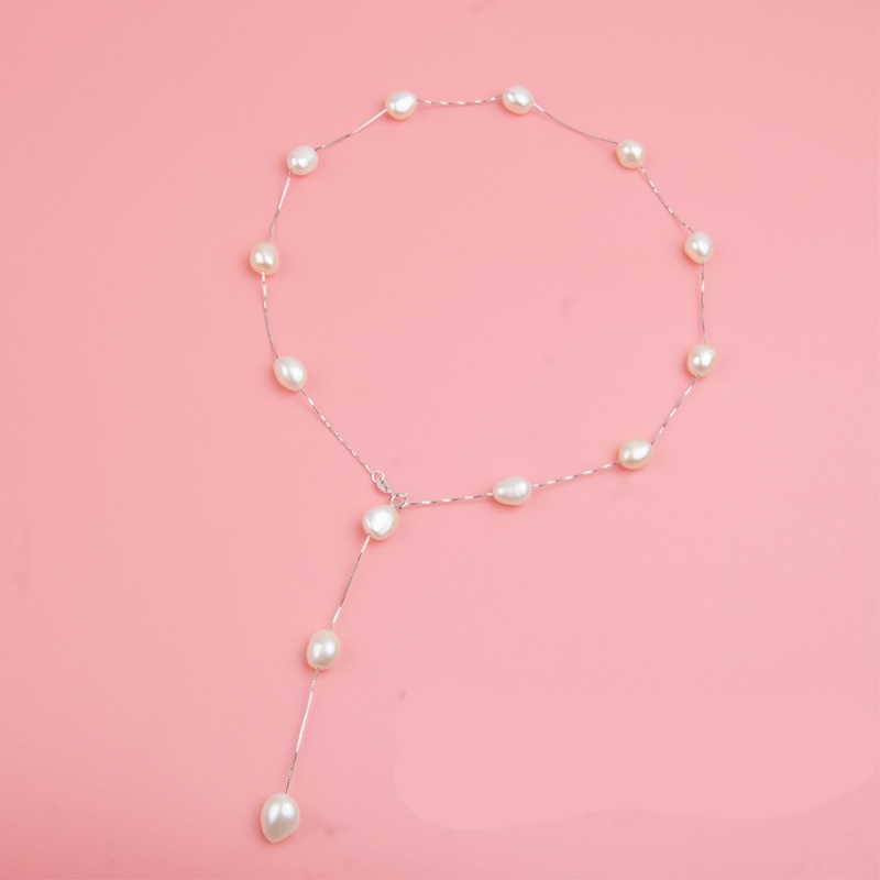 Women's Minimalistic Elegant Gold Necklace Decorated with Pearls